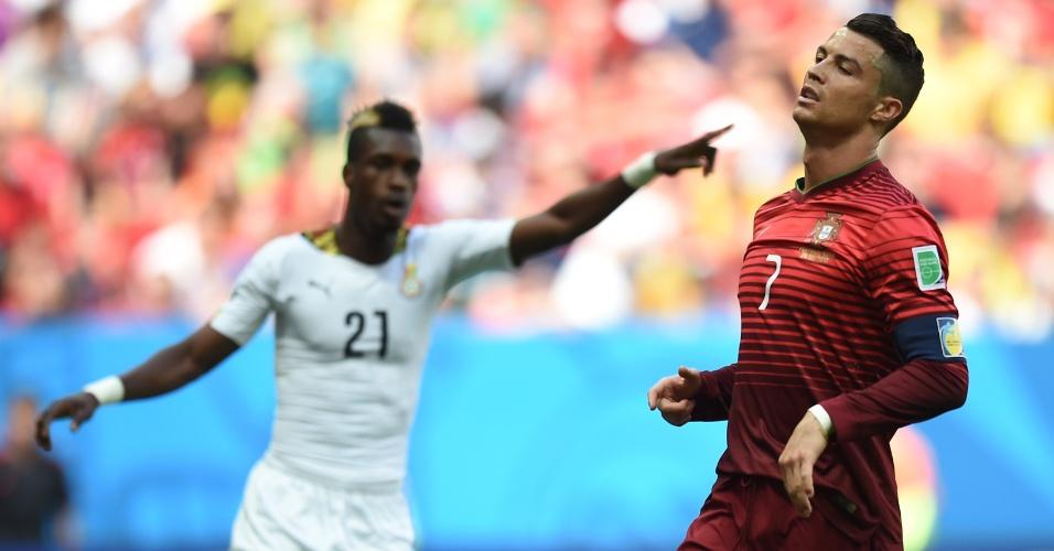 Jogador de Gana aponta, enquanto Cristiano Ronaldo faz cara de desolado durante o segundo tempo em Brasília; apesar da vitória, o melhor do mundo viu seu time ser eliminado da Copa