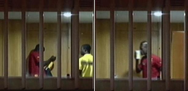 Jogador de Gana beija calhamaço de notas (à dir.) ao receber premiação pela participação na Copa