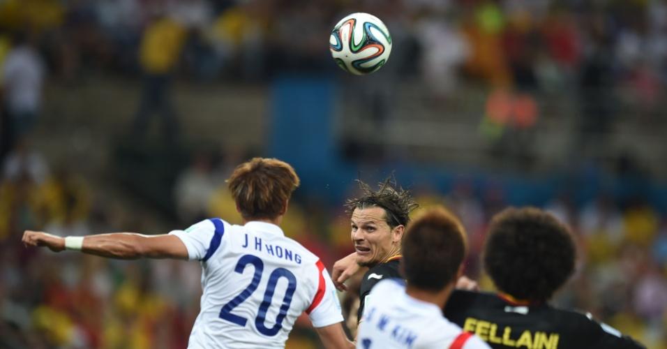 Jogadores de Bélgica e Coreia do Sul disputam bola pelo alto em partida no Itaquerão