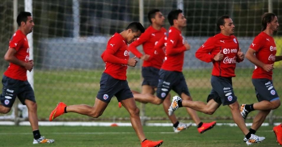 Jogadores do Chile correm durante treinamento na Toca da Raposa II. Atividade chegou a ser parada por causa de um helicóptero da TV Globo