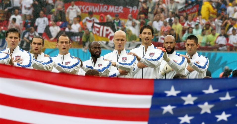 26.jun.2014 - Jogadores dos EUA ficam perfilados para a execução do hino nacional na partida contra a Alemanha, na Arena Pernambuco