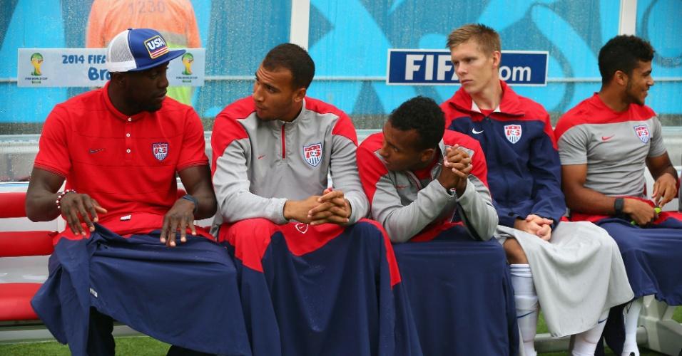 26.jun.2014 - Jogadores dos EUA se protegem da chuva no banco de reservas durante a partida contra a Alemanha, em Recife