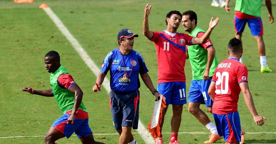 Jorge Luis Pinto, técnico da Costa Rica, comanda treino na Vila Belmiro, em Santos. Equipe encara a Grécia no próximo domingo, pelas oitavas de final