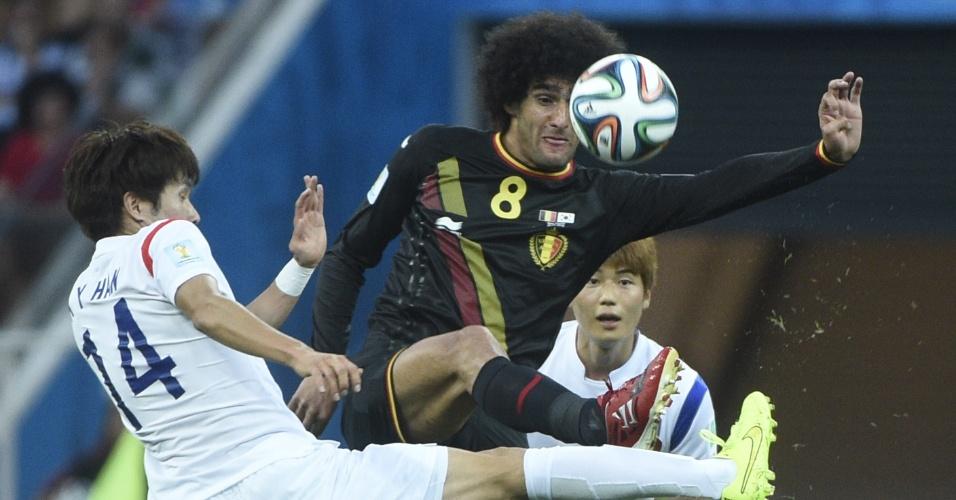 Kook-Young e Fellaini disputam bola durante partida entre Bélgica e Coreia do Sul, no Itaquerão, em São Paulo