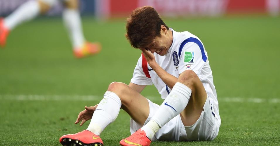 Lee Chung Yong chora sentando no gramado após a Coreia perder para a Bélgica e ser eliminada da Copa do Mundo