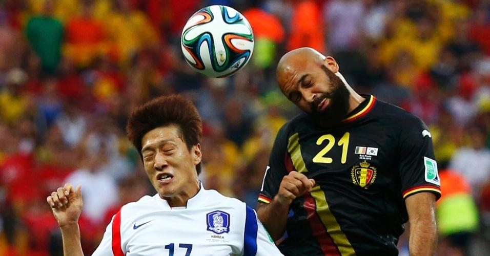 Lee Chung-yong e Vanden Borre disputam bola pelo alto durante Bélgica e Coreia do Sul, no Itaquerão