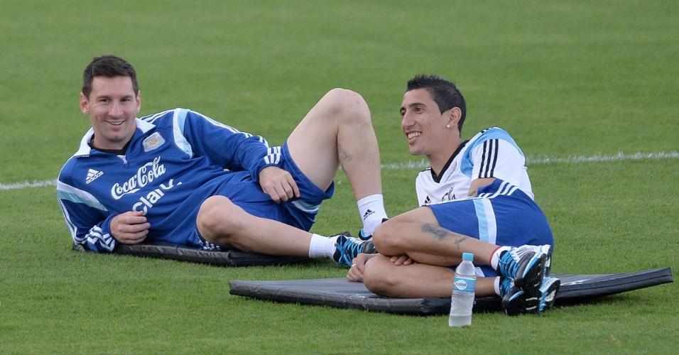 Lionel Messi (esq.) e Angel Di Maria relaxam durante treino da Argentina na Cidade do Galo, CT do Atlético-MG. Hermanos se preparam para encarar a Suíça na próxima terça-feira