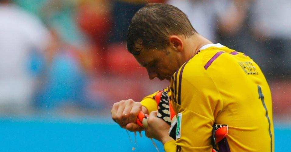 26.jun.2014 - Luvas do goleiro Neuer, da Alemanha, ficaram encharcadas com a forte chuva no jogo contra os EUA, na Arena Pernambuco