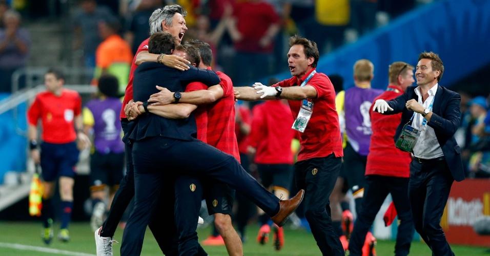 Membros da comissão técnica da Bélgica comemoram após gol da equipe contra a Coreia