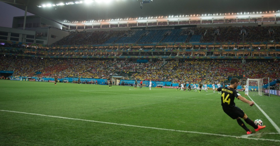 Mertens cobra escanteio para a Bélgica durante partida contra a Coreia do Sul, no Itaquerão