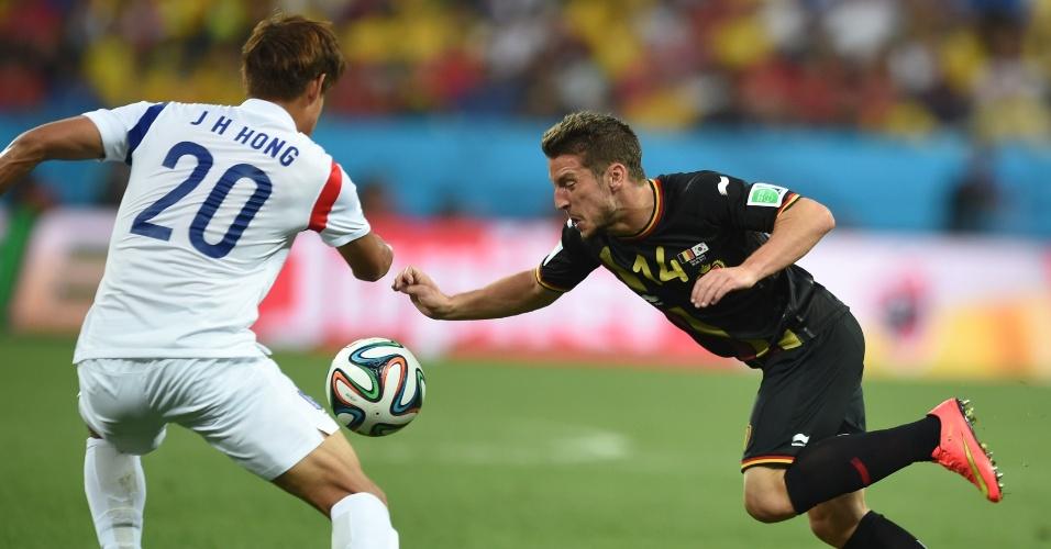 Mertens tenta passar pela marcação de Jeong-Ho em partida entre Bélgica e Coreia do Sul