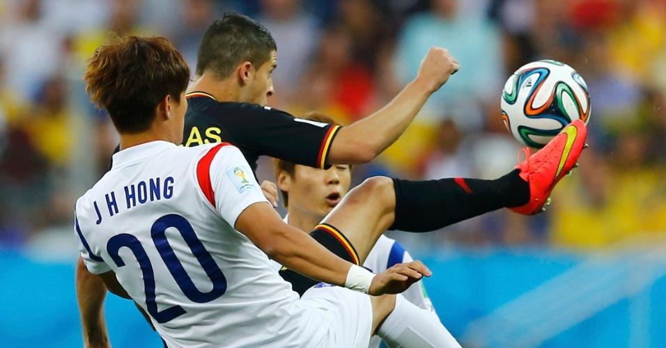 Mirallas e Jeong-ho disputam bola durante partida entre Coreia do Sul e Bélgica, no Itaquerão