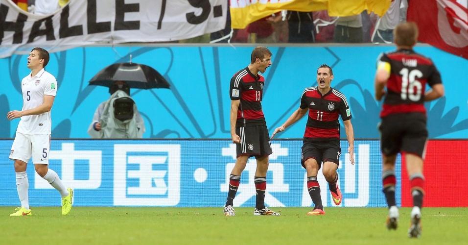26.jun.2014 - Müller comemora com Klose após marcar o gol da vitória alemã sobre os EUA na Arena Pernambuco