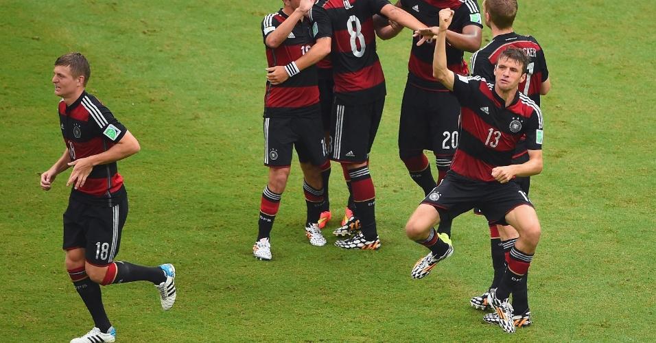 26.jun.2014 - Müller marca o primeiro da Alemanha contra os EUA e comemora no gramado da Arena Pernambuco