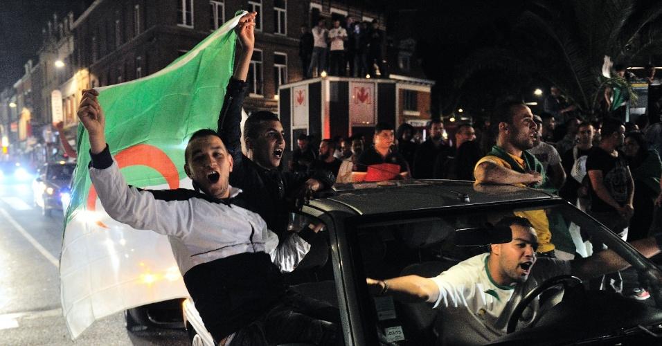 Na cidade francesa de Lille, torcedores da Argélia vão às ruas para comemorar classificação para as oitavas da Copa do Mundo
