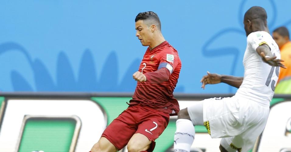 Na lateral de campo, Cristiano Ronaldo joga para o meio da área, engana o goleiro e atinge o travessão, quase abrindo o placar para Portugal