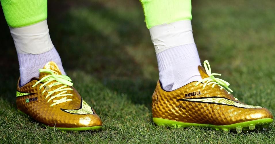 Neymar exibe chuteiras douradas e com homenagem a sua irmã Rafaella durante treino da seleção brasileira
