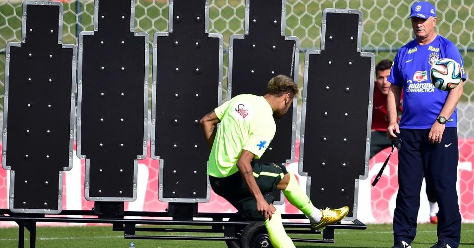 Neymar tenta superar o goleiro Júlio César durante treinamento de cobrança de faltas na Granja Comary