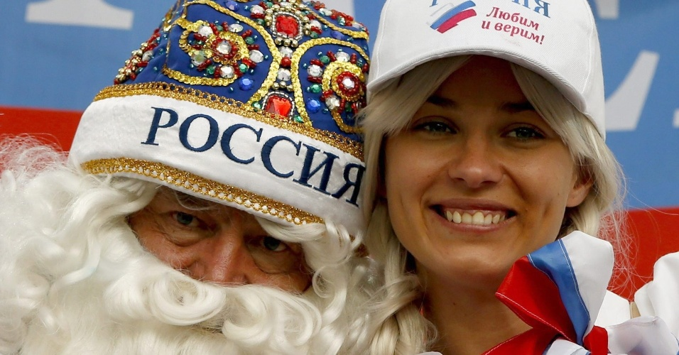 O Papai Noel russo já foi flagrado em Cuiabá no jogo contra a Coreia do Sul. Agora em Curitiba, está bem acompanhado