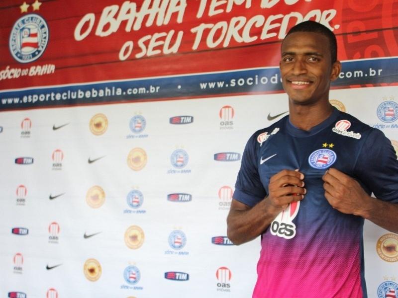 O zagueiro Adaílton mostra o escudo do Bahia em sua apresentação oficial