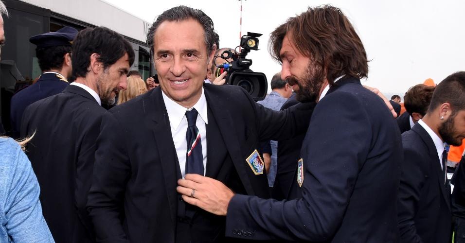 Pirlo cumprimenta o técnico Prandelli após chegada da delegação italiana ao aeroporto da cidade de Milão