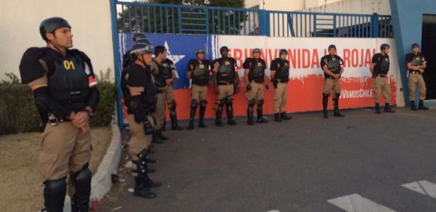 """Policiais do """"Batalhão da Copa"""" cercam o CT Toca da Raposa durante treino da seleção do Chile"""