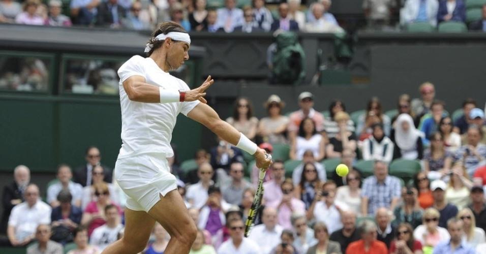 Rafael Nadal durante uma jogada em sua segunda partida de Wimbledon
