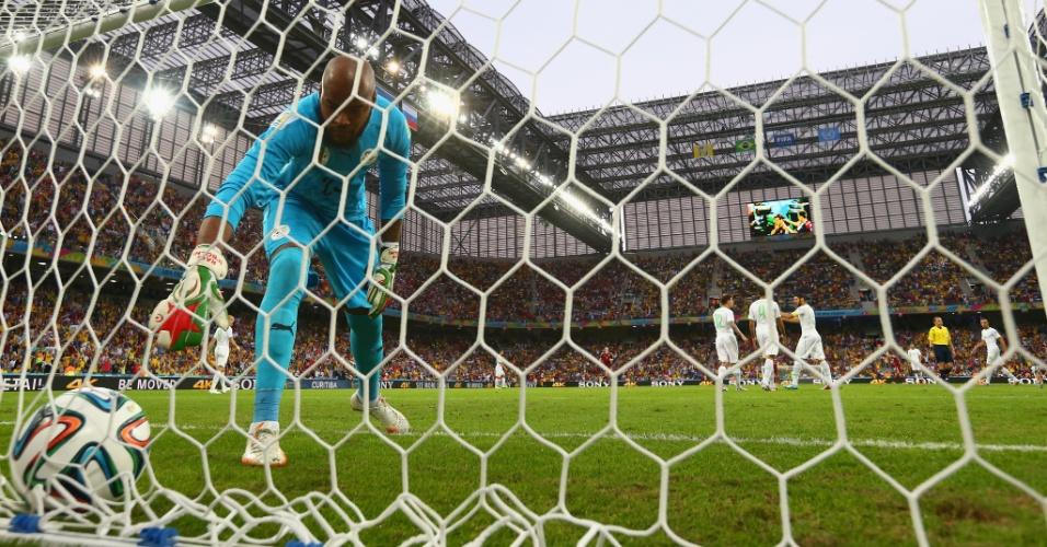 Rais M'Bolhi, goleiro da Argélia, vai buscar a bola no fundo da rede após Kokorin colocar a Rússia na frente do placar, na Arena da Baixada