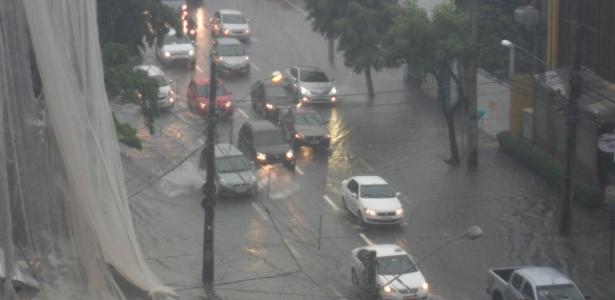 Recife amanhece com chuva e alagamentos nos acessos à Arena Pernambuco