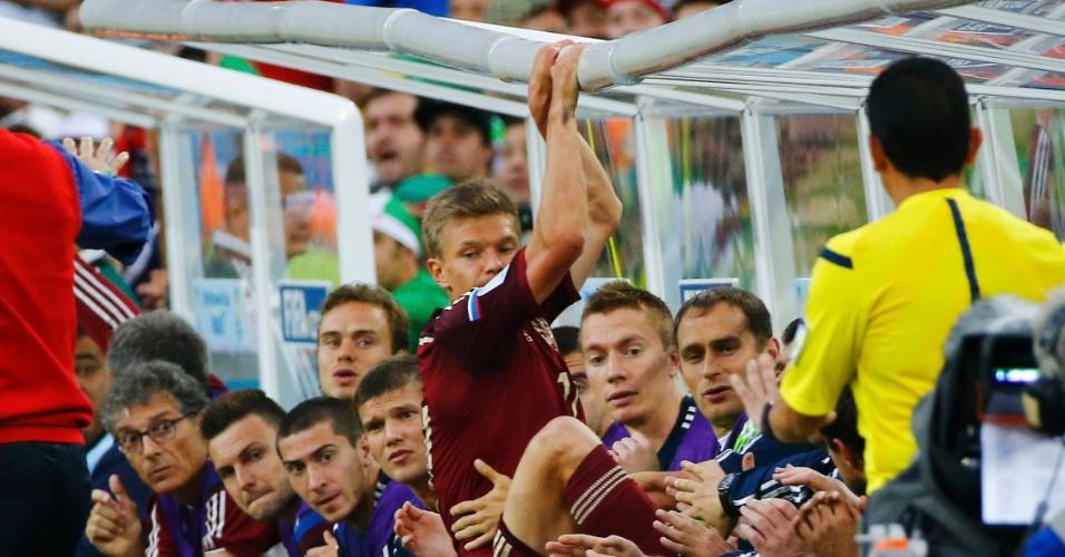 Russo Oleg Shatov precisa se apoiar no banco de reservas após jogada contra a Argélia, na Arena da Baixada