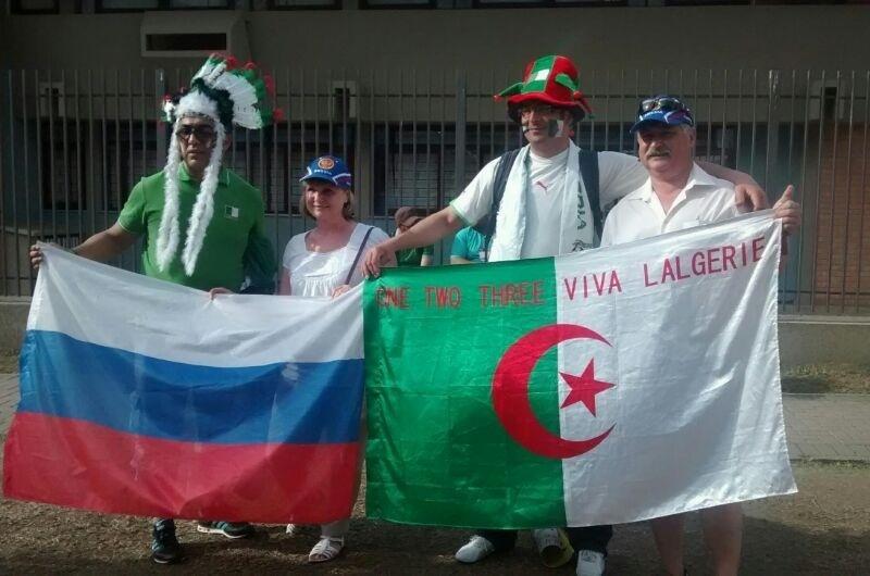Russos e argelinos se confraternizam antes de confronto na Arena da Baixada pela Copa do Mundo