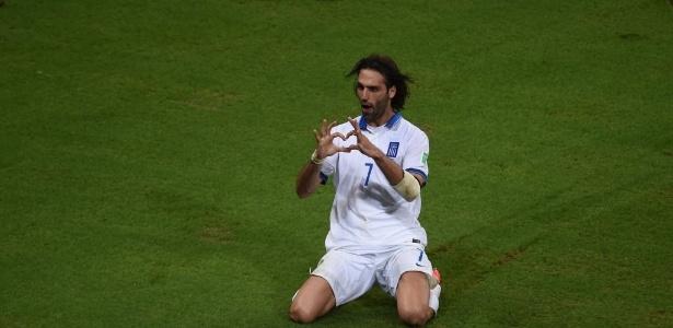 O atacante Samaras comemora gol da Grécia homenageando garoto escocês que torce para o Celtic