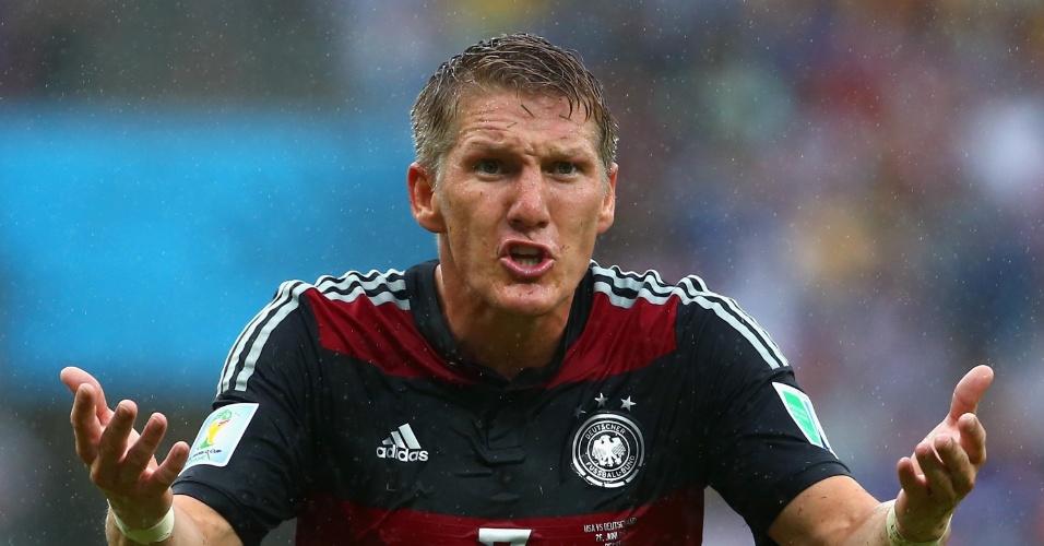 26.jun.2014 - Schweinsteiger, da Alemanha, reclama com a arbitragem após lance contra os EUA, na Arena Pernambuco
