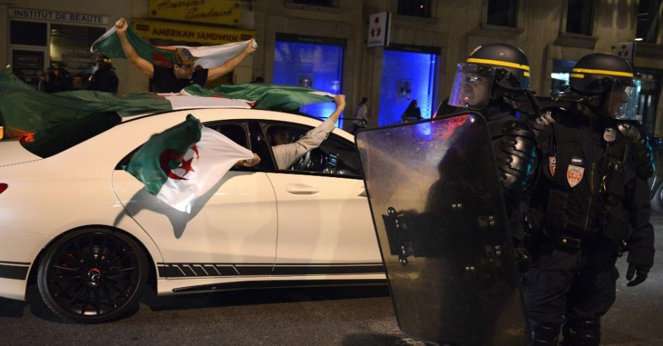 Sob escolta policial, argelinos comemoram classificação para as oitavas de final nas ruas da cidade francesa de Lyon