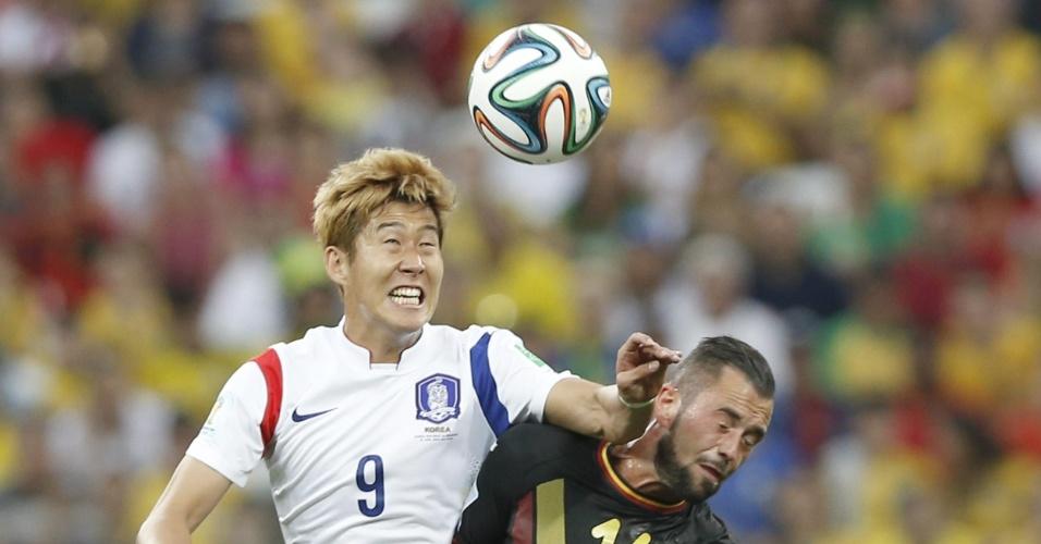 Steven Defour e Heungmin disputam bola pelo alto durante partida entre Bélgica e Coreia do Sul, no Itaquerão