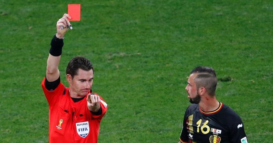 Steven Defour recebe o cartão vermelho após cometer falta dura em Shin-Wook durante Bélgica e Coreia do Sul
