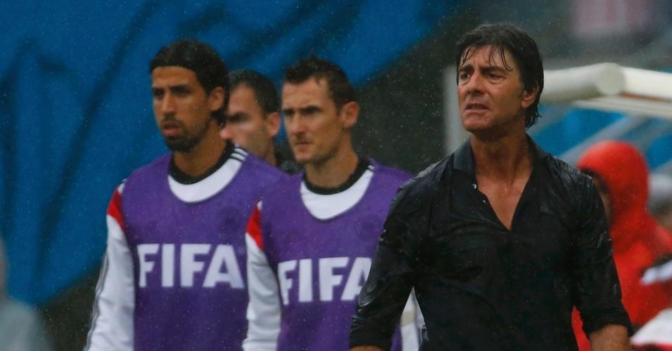 26.jun.2014 - Técnico da Alemanha, Joachim Löw, se revolta durante a partida contra o EUA, na Arena Pernambuco