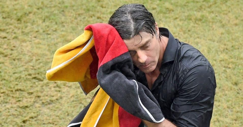 26.jun.2014 - Técnico da Alemanha, Joachim Löw, usa toalha com as cores da bandeira para secar o cabelo, após chuva na Arena Pernambuco