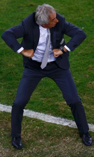 Técnico da Argélia, Vahid Halilhodzic, não consegue ficar parado contra a Rússia e gesticula com a arbitragem