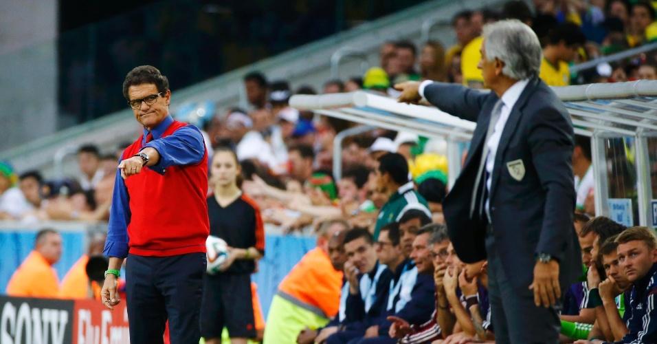 Técnico da Rússia, Fabio Capello (colete vermelho), e treinador da Argélia, Vahid Halilhodzic, orientam as equipes na Arena da Baixada