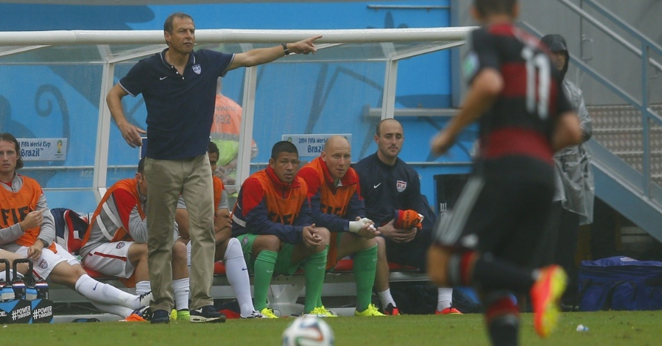 26.jun.2014 - Técnico dos EUA, Jürgen Klinsmann, orienta os jogadores na derrota para a Alemanha por 1 a 0, na Arena Pernambuco