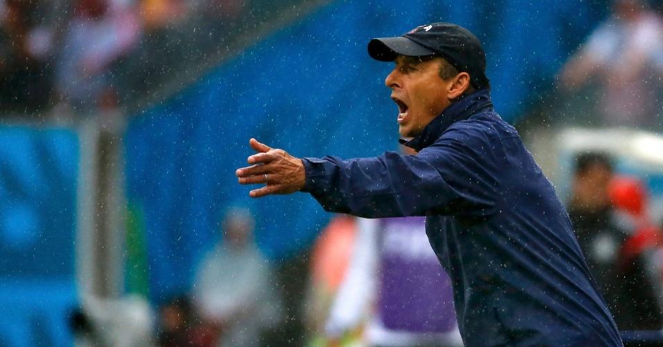 26.jun.2014 - Técnico dos EUA, Jürgen Klinsmann, orienta os jogadores sob forte chuva na partida contra a Alemanha em Recife