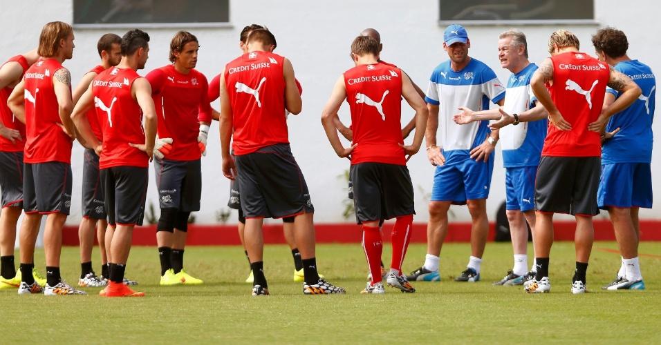 Técnico Ottmar Hitzfeld conversa com seus jogadores durante treinamento da Suíça, em Porto Seguro