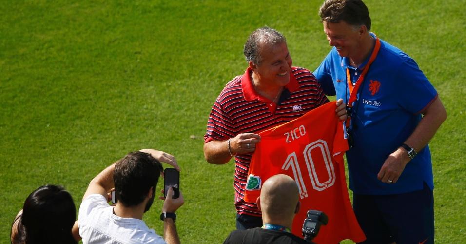 Técnico Van Gaal presenteia Zico com uma camisa da seleção holandesa