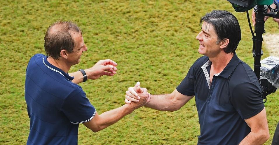 26.jun.2014 - Técnicos dos EUA, Jürgen Klinsmann, e da Alemanha, Joachim Löw, se cumprimentam após a vitória dos alemães por 1 a 0 na Arena Pernambuco