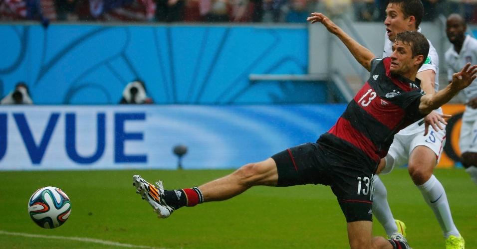 26.jun.2014 - Thomas Müller, da Alemanha, se estica para tentar alcançar a bola na partida contra os EUA, na Arena Pernambuco