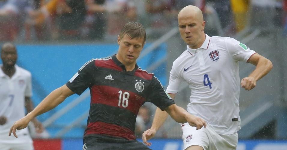 26.jun.2014 - Toni Kroos, da Alemanha, é marcado de perto pelo americano Michael Bradley, na Arena Pernambuco