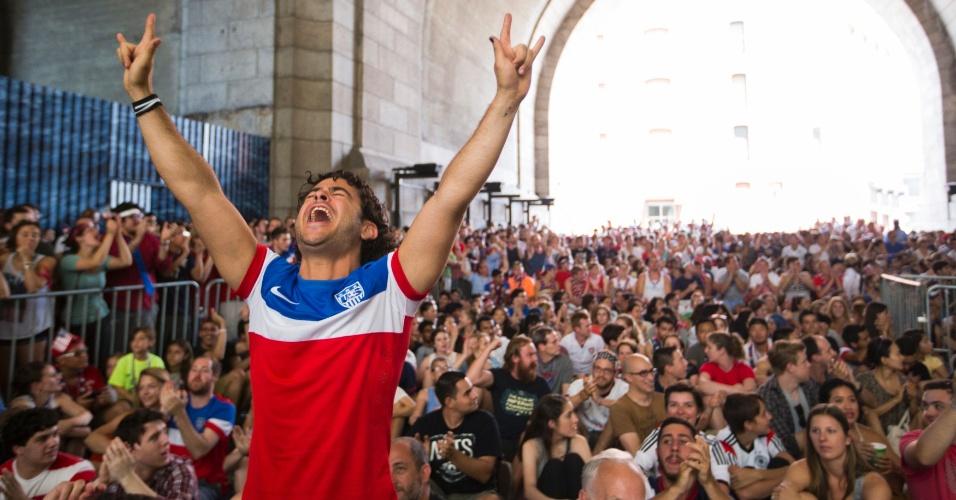 Torcedor dos Estados Unidos comemora classificação às oitavas de final debaixo da ponte Manhattan, em Nova York