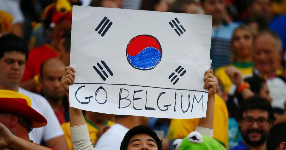 Torcedor indeciso exibe cartaz com bandeira da Coreia do Sul e mensagem de apoio à Bélgica