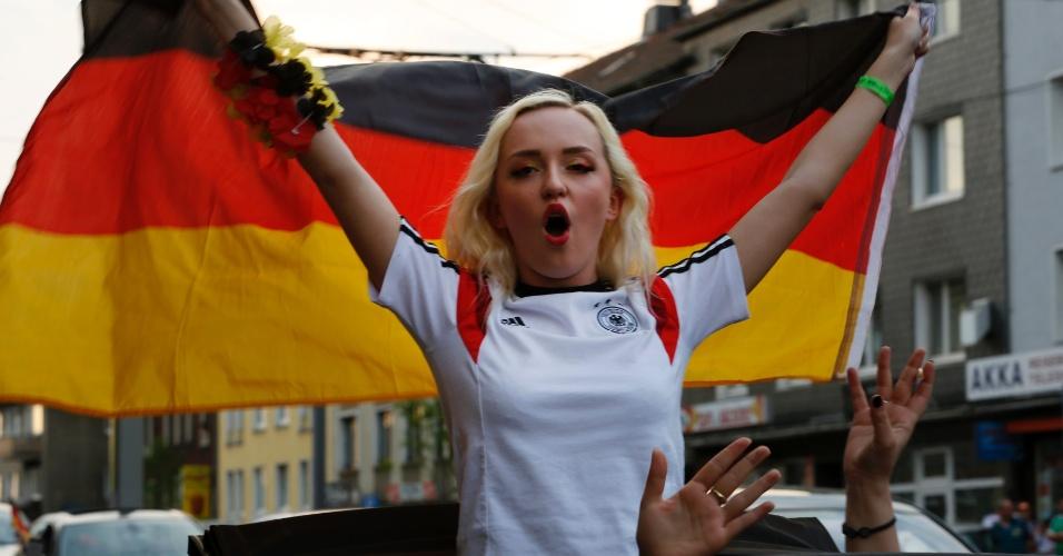 Torcedora alemã comemora vitória por 1 a 0 sobre os Estados Unidos na cidade de Essen